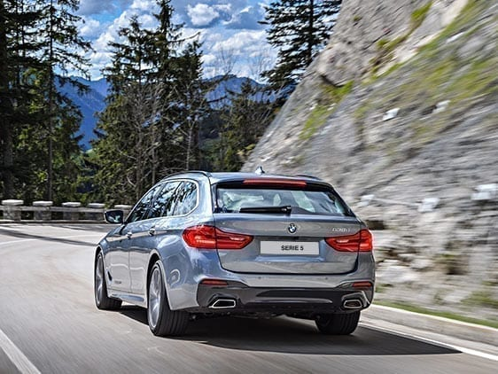 Berlina BMW Serie 5 en carretera