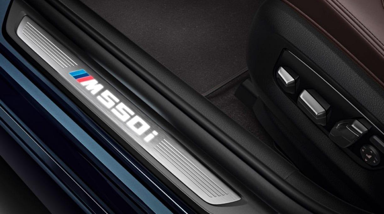 Umbral puerta delantera con el logo BMW 550