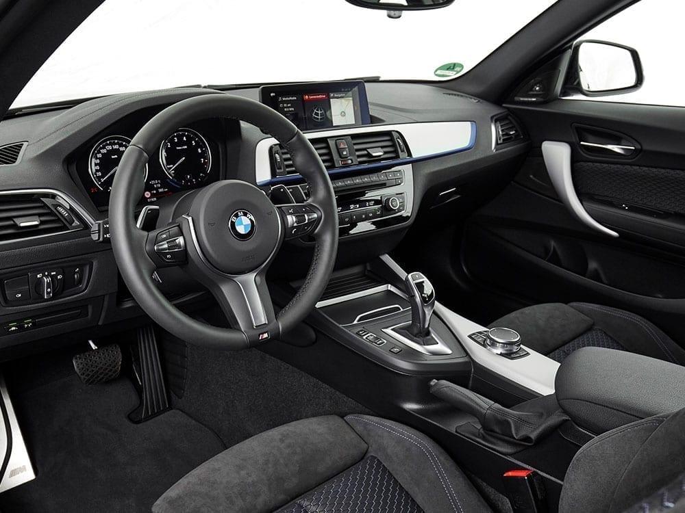 Interior BMW Serie 2 con adornos cromados